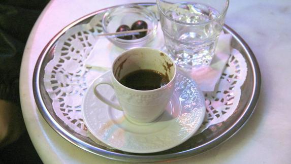 Comer Comer Un camarero valenciano, el que mejor prepara y sirve el café de España